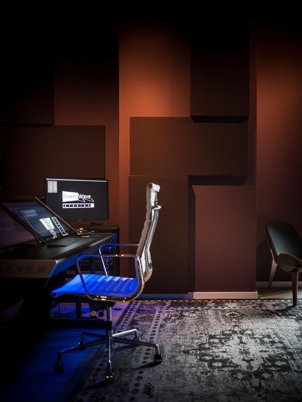 Mutrox-Studiobouw-FrameWave-Studios-controlroom-staand